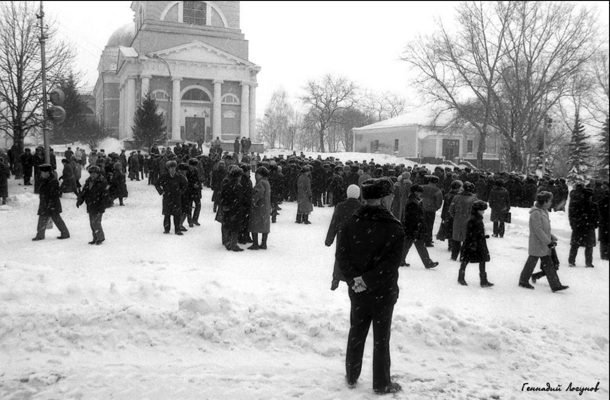 На пл. Ленина все готово для проведения мероприятия. Однако митинг официально так и не начался