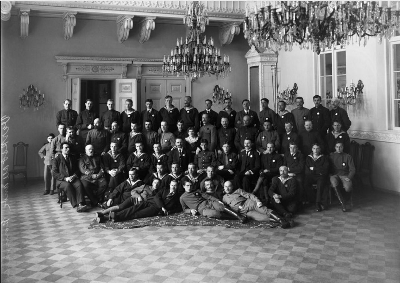 Исполнительный Комитет Совета депутатов армии, флота и рабочих в зале императорского дворца в Гельсингфорсе