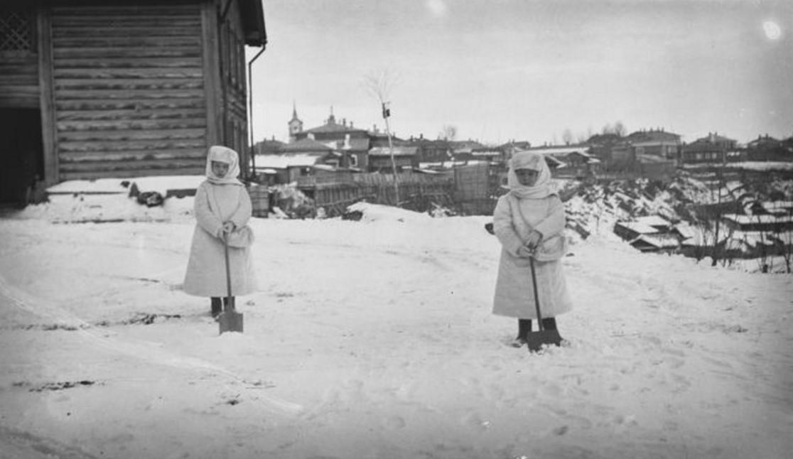 Дочери Бьёрна Аминова  убирают снег возле дома в Томске. 1911