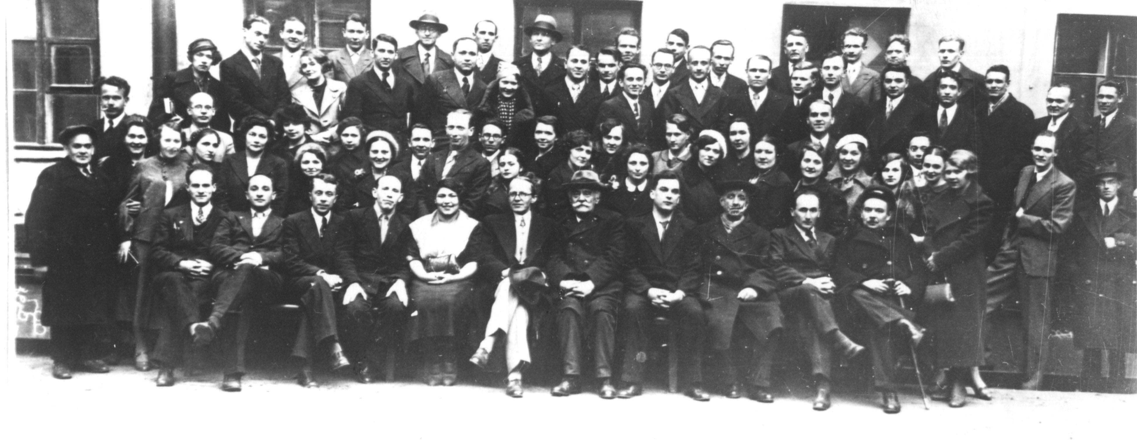1939. Фотография на память. Группа сотрудников ЛИТМО во дворе института