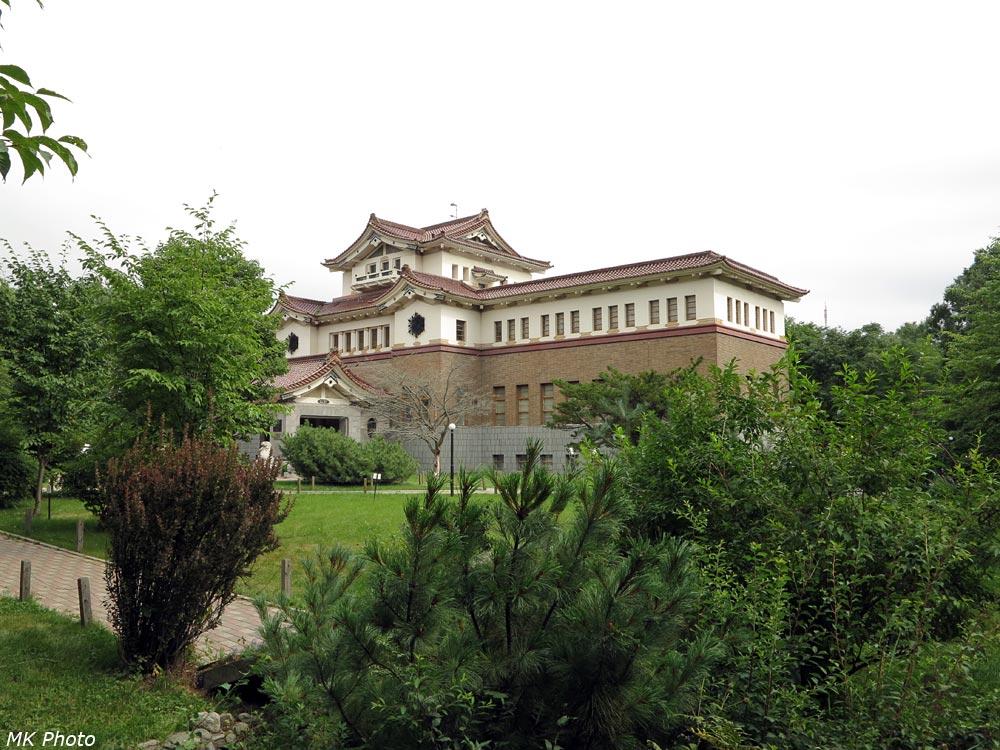 Здание музея из сада
