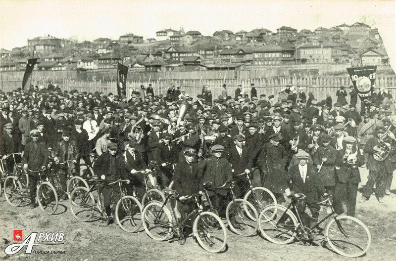Пермь. Велосипедисты на октябрьской демонстрации 1927 года.jpg