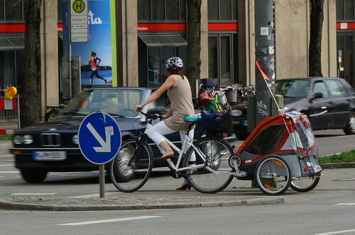 Многофункциональный велосипед с коляской. В ней можно возить покупки, собак и детей)