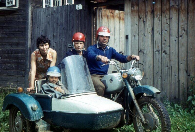 Воткинск, мб 1979 г. Это уже мотоцикл Парфеновых. Мама, Сергей, дядя Володя, я.