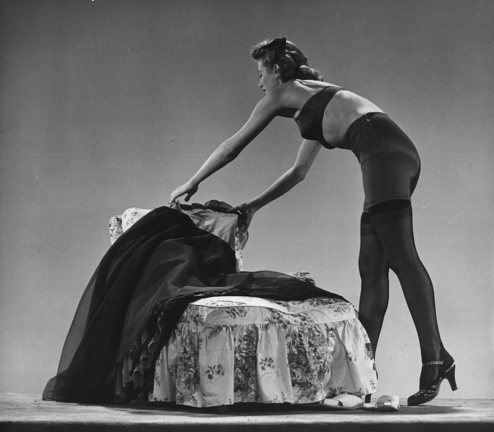 2. Модель в колготках, шелковом поясе-корсете с шерстяной подкладкой и бюстгальтере. 1942 год. (Gjon