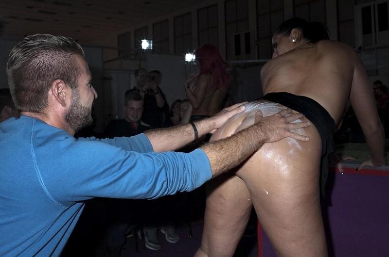 Не обошлось без порнозвезд. Они раздавали автографы и фотографировались с фанатами.