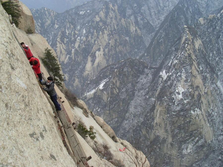 31.Больше всего людей на горе Хуашань наблюдается в период с мая по октябрь, но особое великолепие