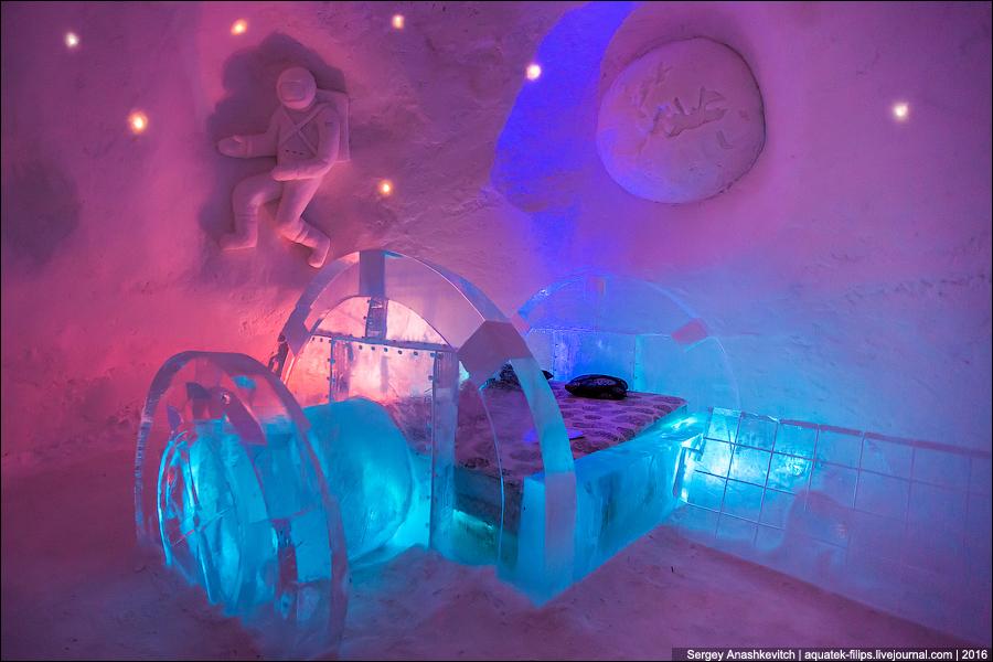Подсветка встроена в ледяные блоки в стенах и непосредственно в кровать.