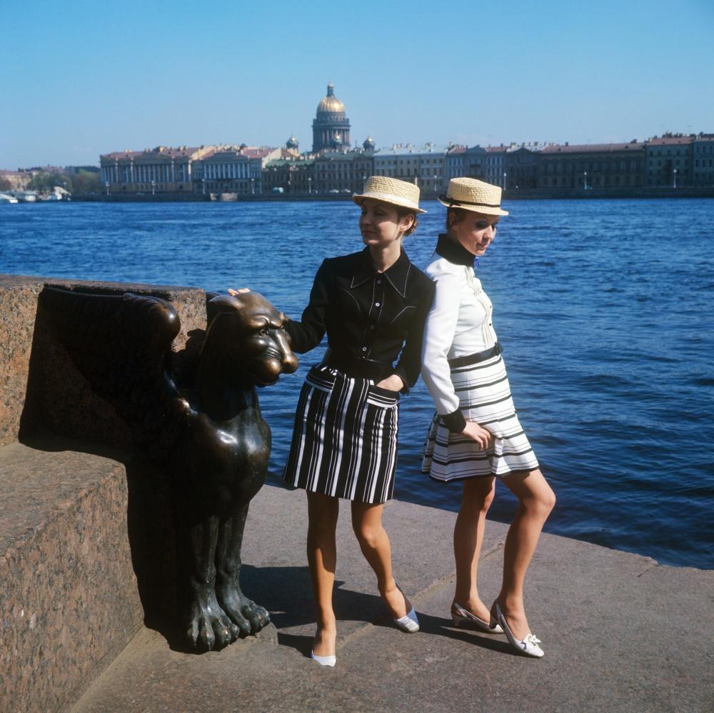 7. Демонстрация молодежных комплектов со шляпой-канотье. 1970 г. Фотохроника ТАСС/П.Федотов