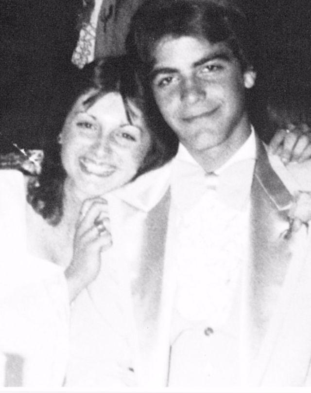 Будущий голливудский сердцеед Джордж Клуни приехал на свой выпускной в 1978 году со своей платоничес
