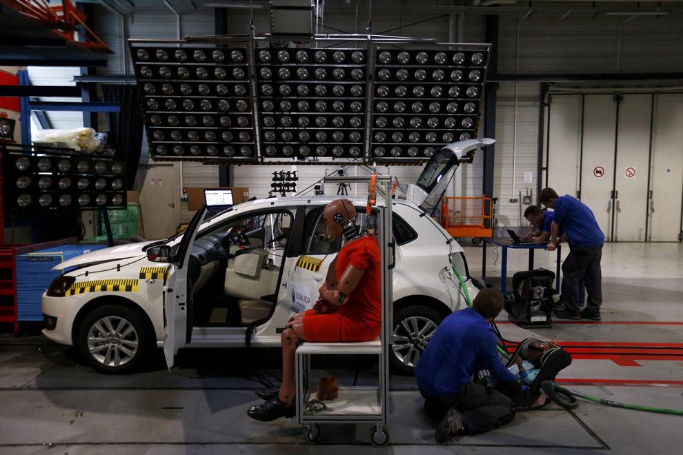 Нередко в программу тестов на безопасность входит столкновение легковой машины с грузовым транс