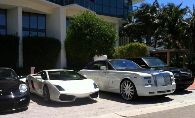 © WealthyProblem / twitter.com  Апотом долго выбирают, какие часы надеть под цвет машины. Ну