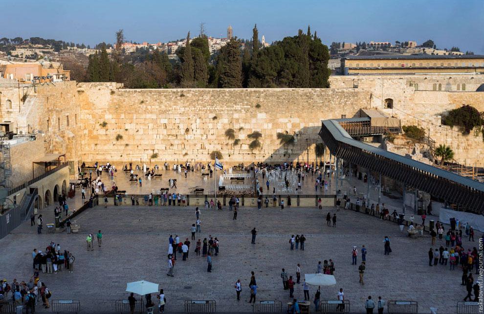 В течение многих веков является символом веры и надежды многих поколений евреев, местом их пало