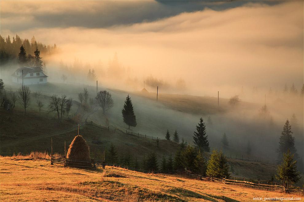 В какие-то моменты забываешь, что это просто туман и ждешь, когда из-за ближайшей горы выплывет