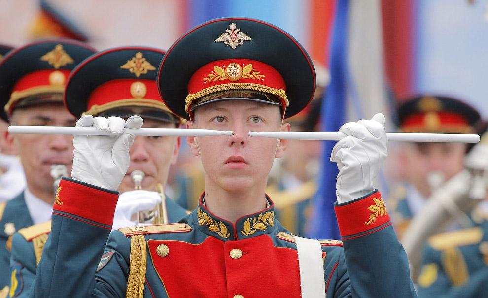 11. Крылатый зритель на Красной Площади, 9 мая 2017. (Фото Kirill Kudryavtsev):