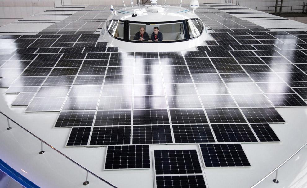 Длина и ширина лодки PlanetSolar (с откинутыми боковыми батареями) — 35?23 метров. Высота судна