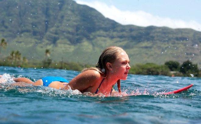 Серфер души (2011) Героиня фильма с детства бредит серфингом и занимается им все свободное время. Но