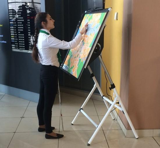 Ваэропорту Екатеринбурга установили неповторимую карту для слепых пассажиров