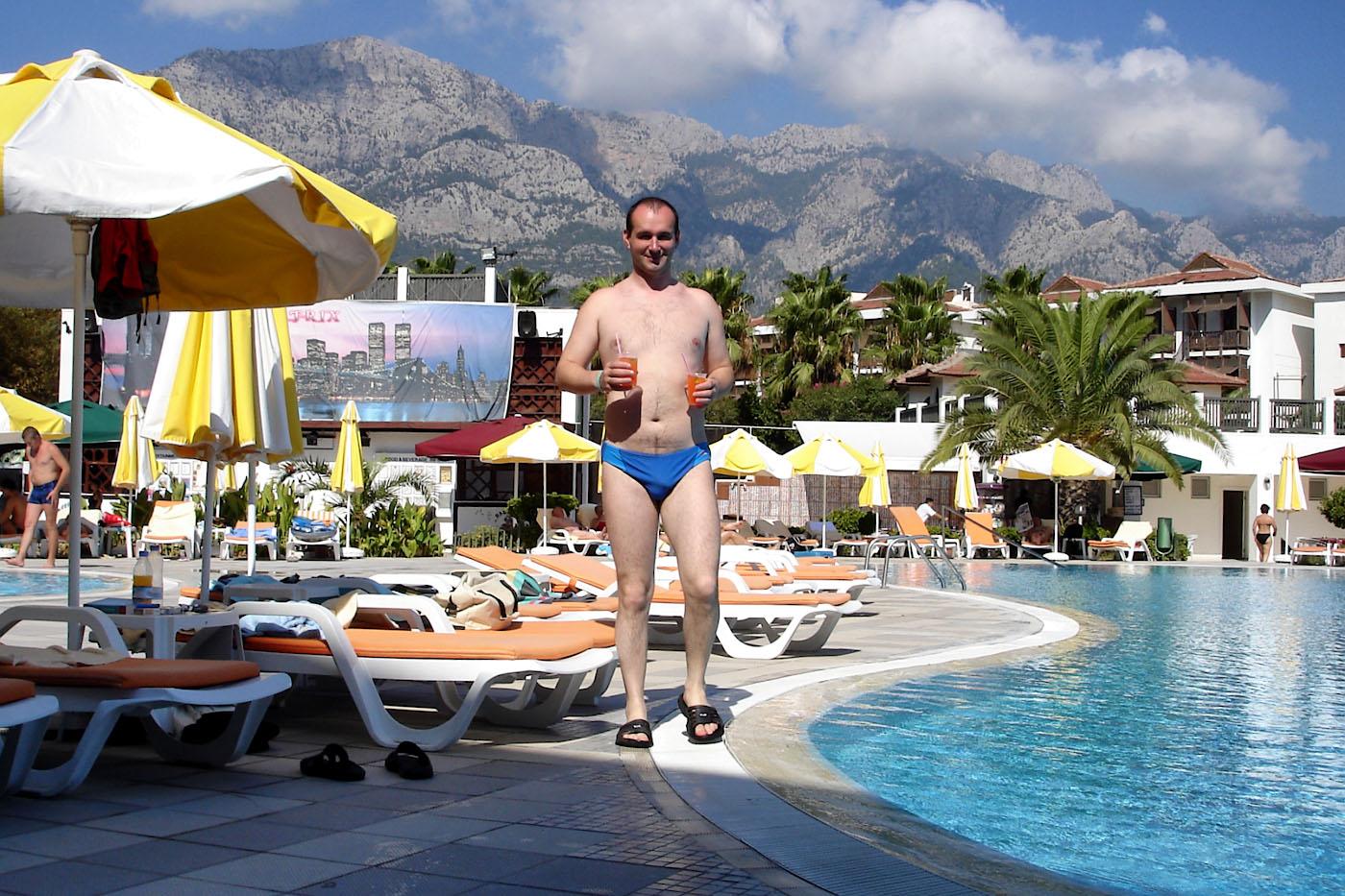 Фото 2. Так проходит отдых типичного туриста из России, когда он приезжает в Кемер. Снято на мыльницу Sony Cyber-shot DSC-W15 в сентябре 2007 года.