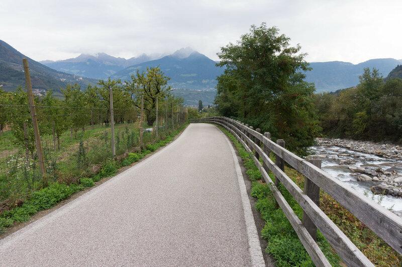 велодорожка в долине Адидже у города Мерано, Альпы, Италия