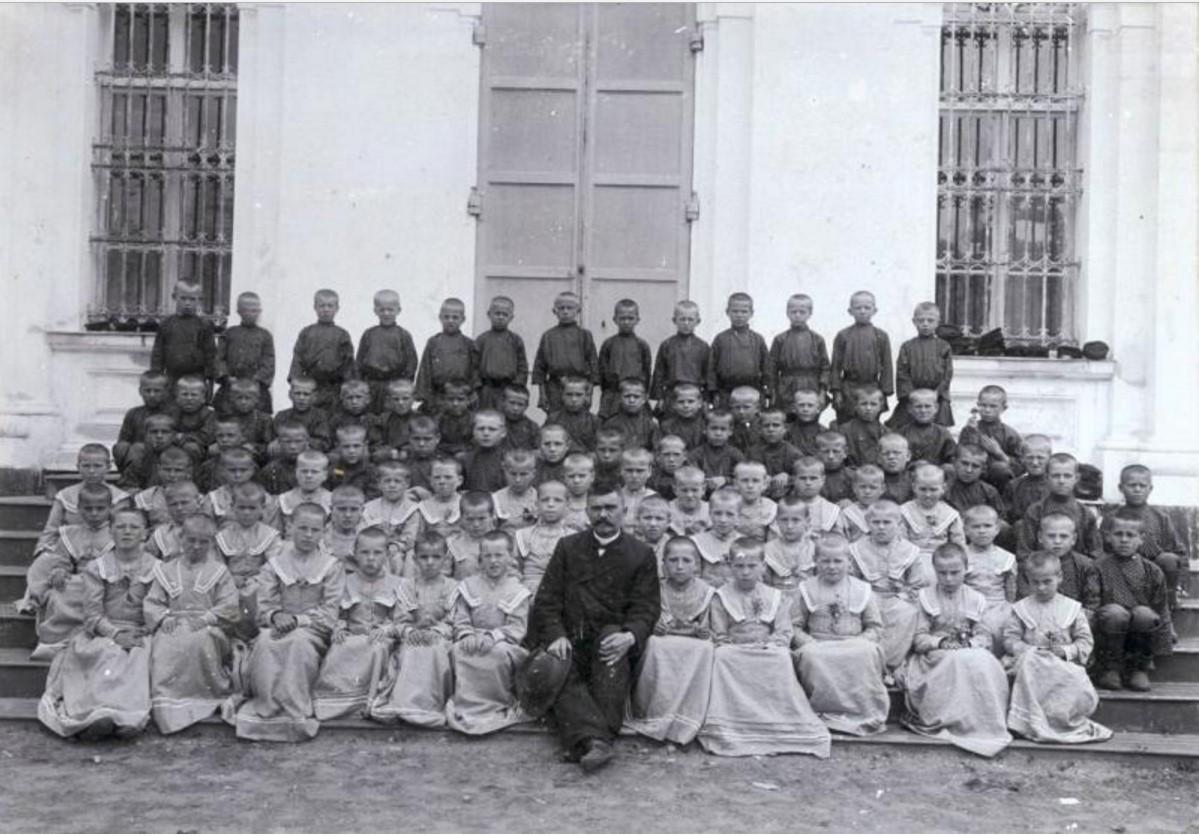 Берлюковская пустынь. Группа учащихся-паломников. 1894