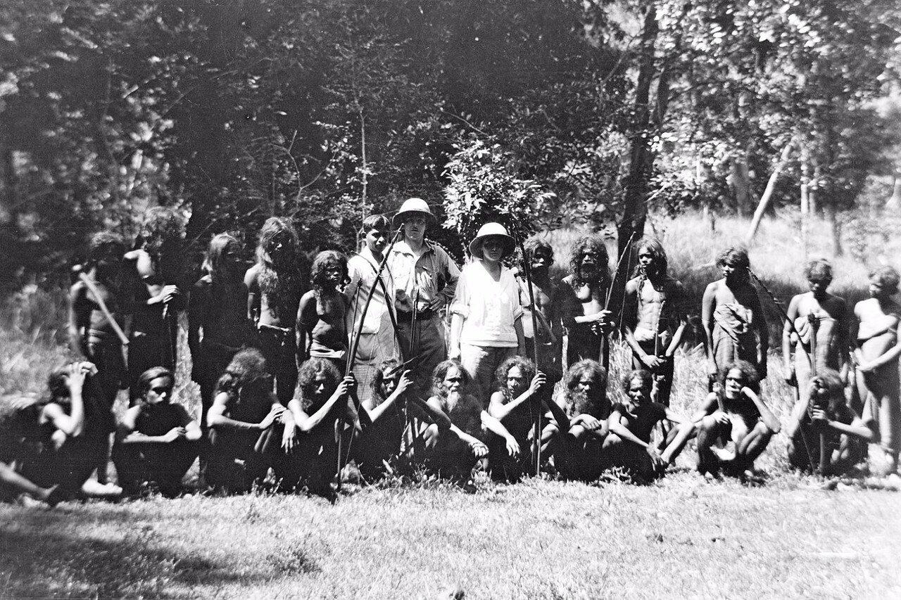 118. Эгон фон Эйкштедт с супругой и группой веддов из Бумибедде и Дани-Гала