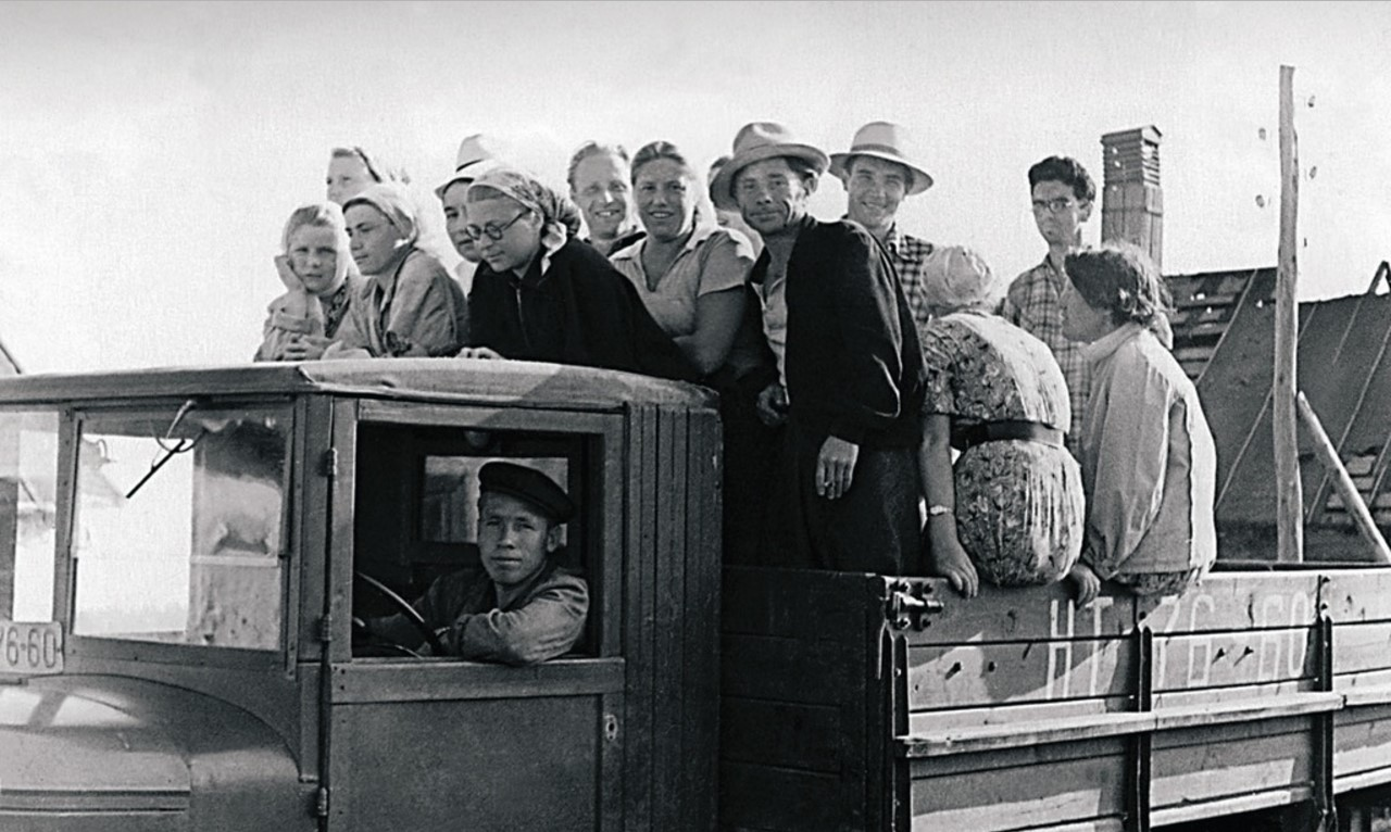 Снежинск. Сотрудники НИИ-1011 едут на уборку сена (1958)