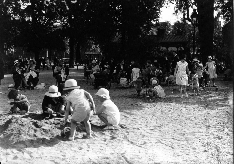 Дети играют в песке на Елисейских полях