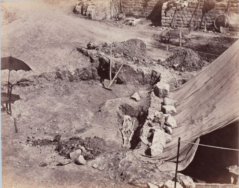 Скелет, найденный в раскопе. Череп скелета обращен на север