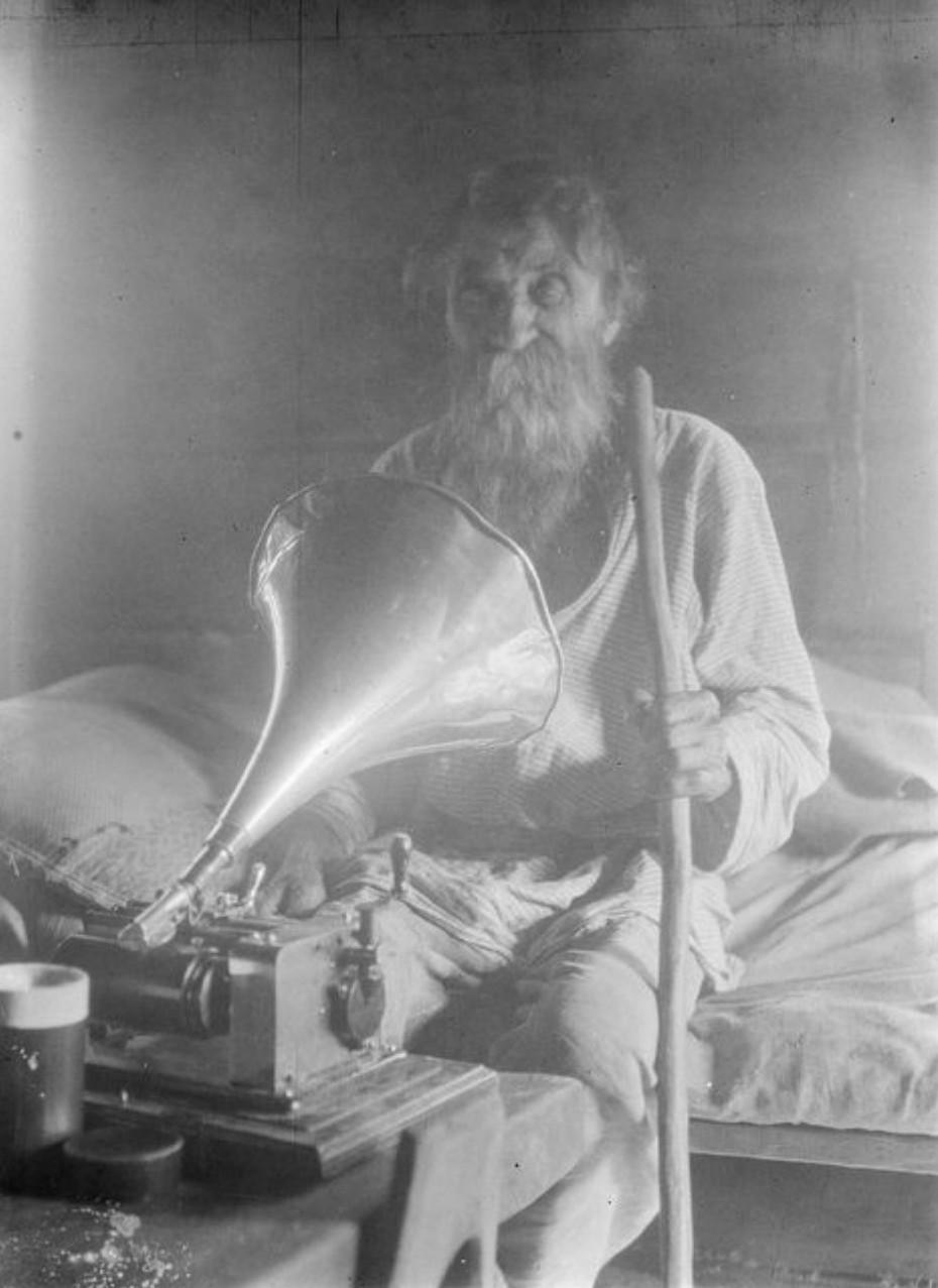 Ухта. Джамани Паавила, столетний рунопевец поет в фонограф
