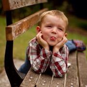 Мальчик на скамейке