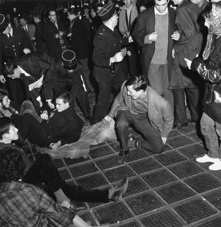 Maiunruhen/Paris 1968/Sitzdemonstration - Unrests in Paris May 1968 / Demonstrat. - Mai 1968 / Paris 1968 / Sit-in