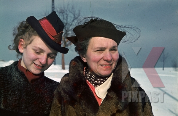 stock-photo-daughter-and-mother-winter-clothes-costume-hats-scarfs-winter-snow-ginzling-austria-1939-7879.jpg