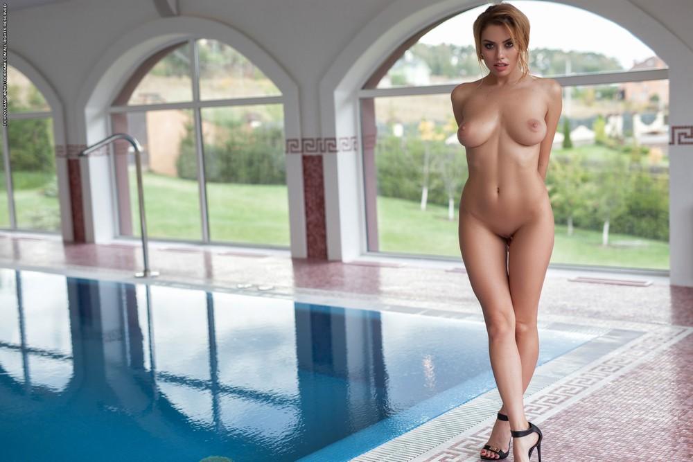 Марго разделась в бассейне