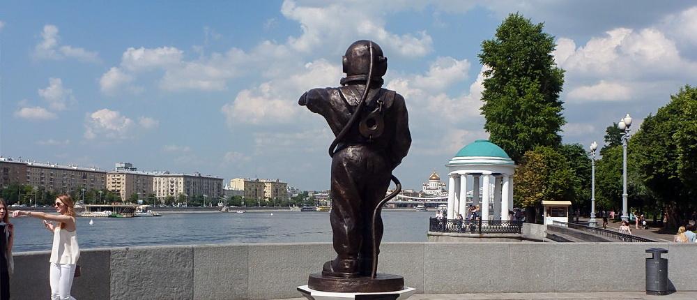Скульптура Водолаз-маяк на Пушкинской набережной в Парке Горького открыта 5 мая 2016 года - в день водолаза