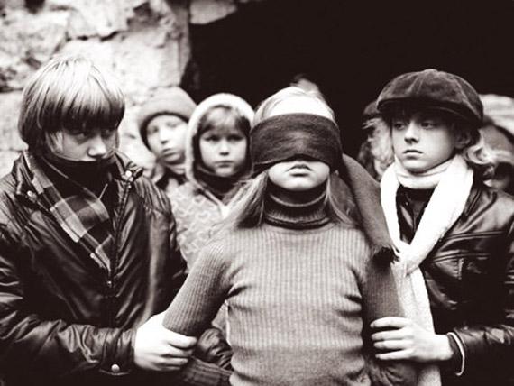 Часто страдают замкнутые дети, у которых мало друзей, домашние дети, которые не умеют общаться