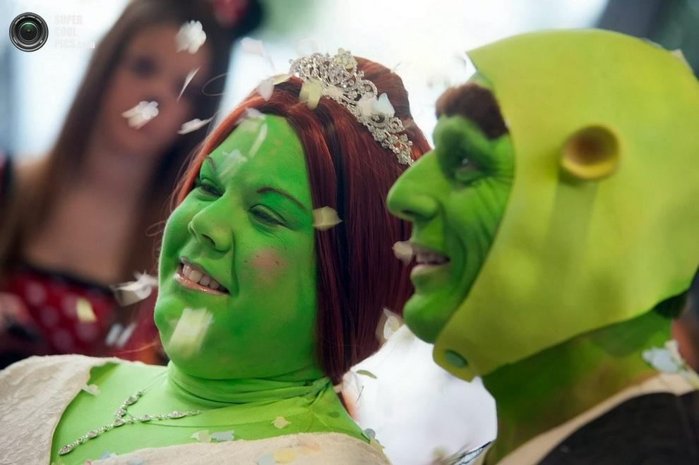 Гости разбрасывают конфетти. Тем временем,«Фиона» уже успела позеленеть.(SWNS)