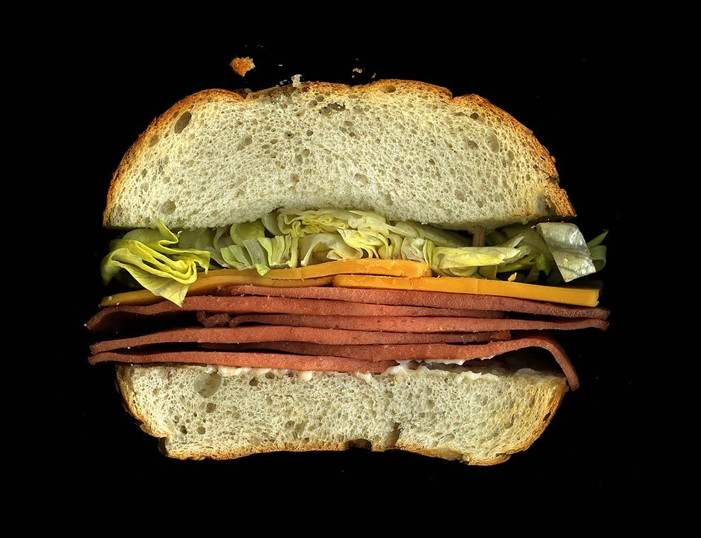 19. Жареная болонская копченая колбаса, сыр чеддер, тертый кочанный салат, майонез, слегка поджаренн