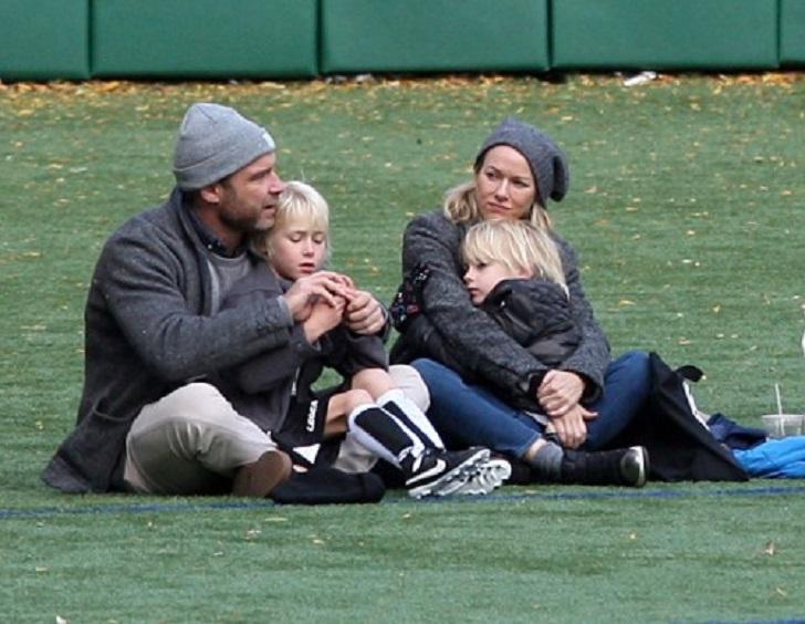 Два блондинистых малыша получили крутость по наследству от мамы Наоми Уоттс и папы Лива Шрайбера. Он