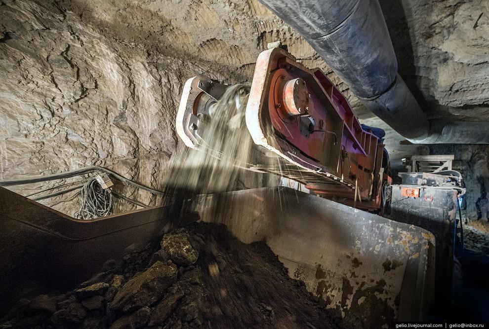 Работа на руднике ведется днями и ночами без выходных. Праздников всего два — Новый год и день