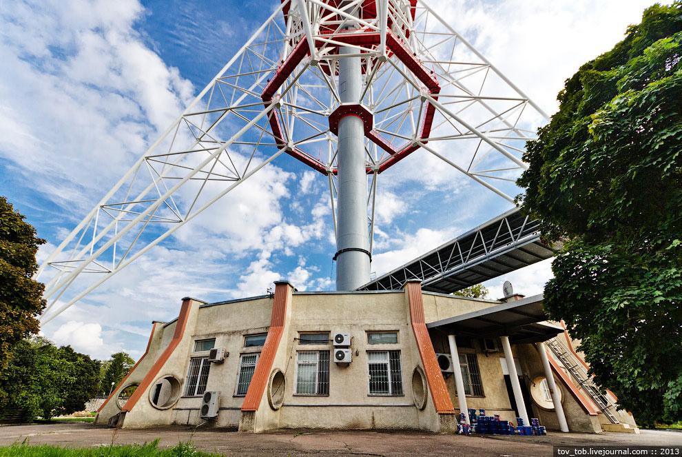 База (нижняя часть) башни состоит из четырех наклонных опор, каждая из которых весит 170 т. Рас