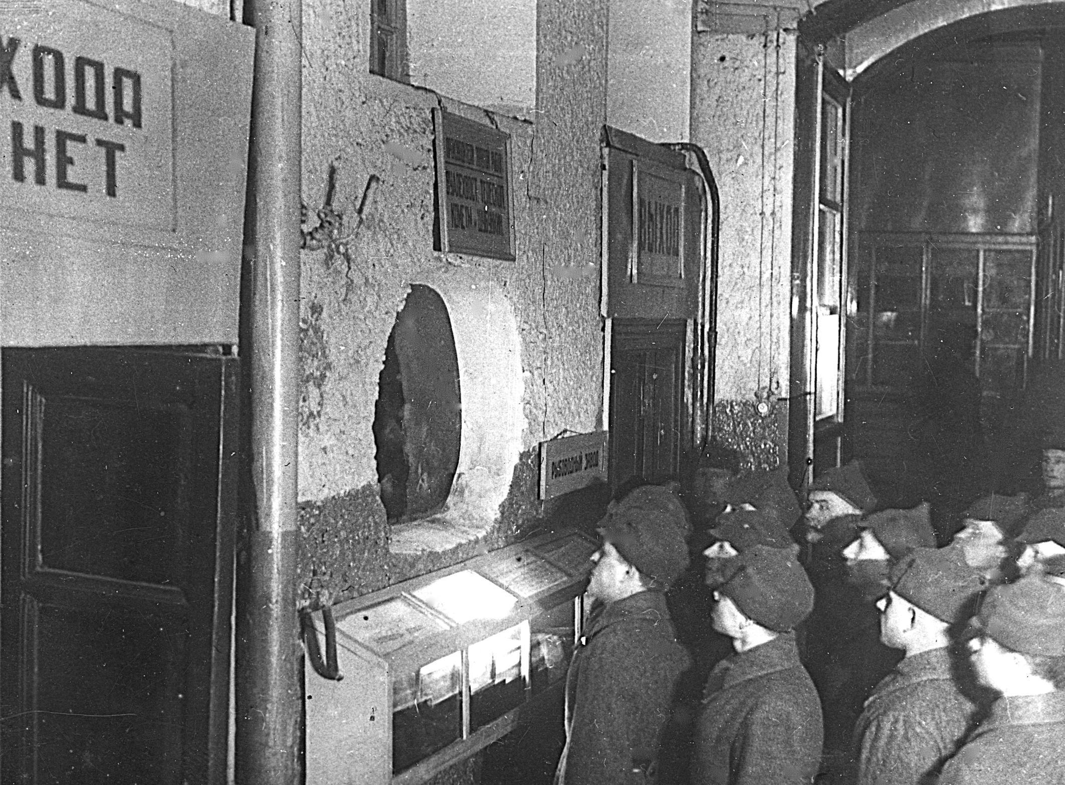 Экскурсия в аквариуме, 1930-е годы. Фото: архив Московского зоопарка.