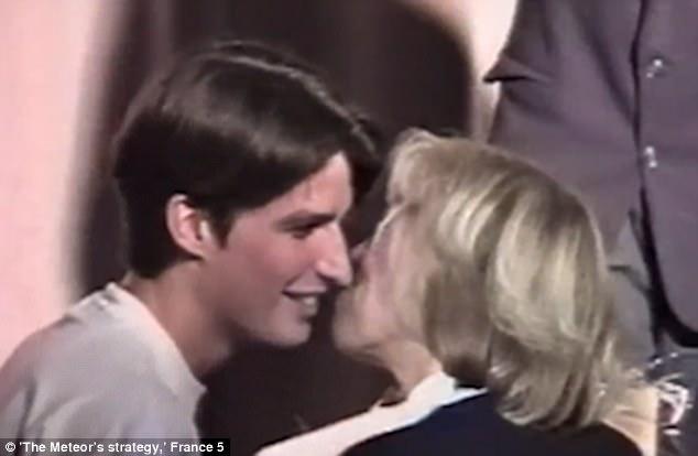 После театрального представления 15-летний Макрон целует свою учительницу. Май 1993 года.