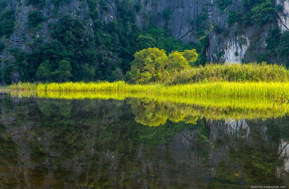 16. Плывя на плетеной лодке, можно посетить удивительной красоты пещеры, получивших свои назван