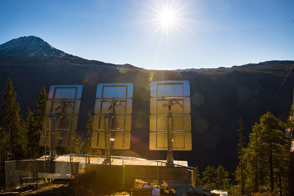 Три больших зеркала управляются с помощью компьютера, который работает на энергии солнечных бат