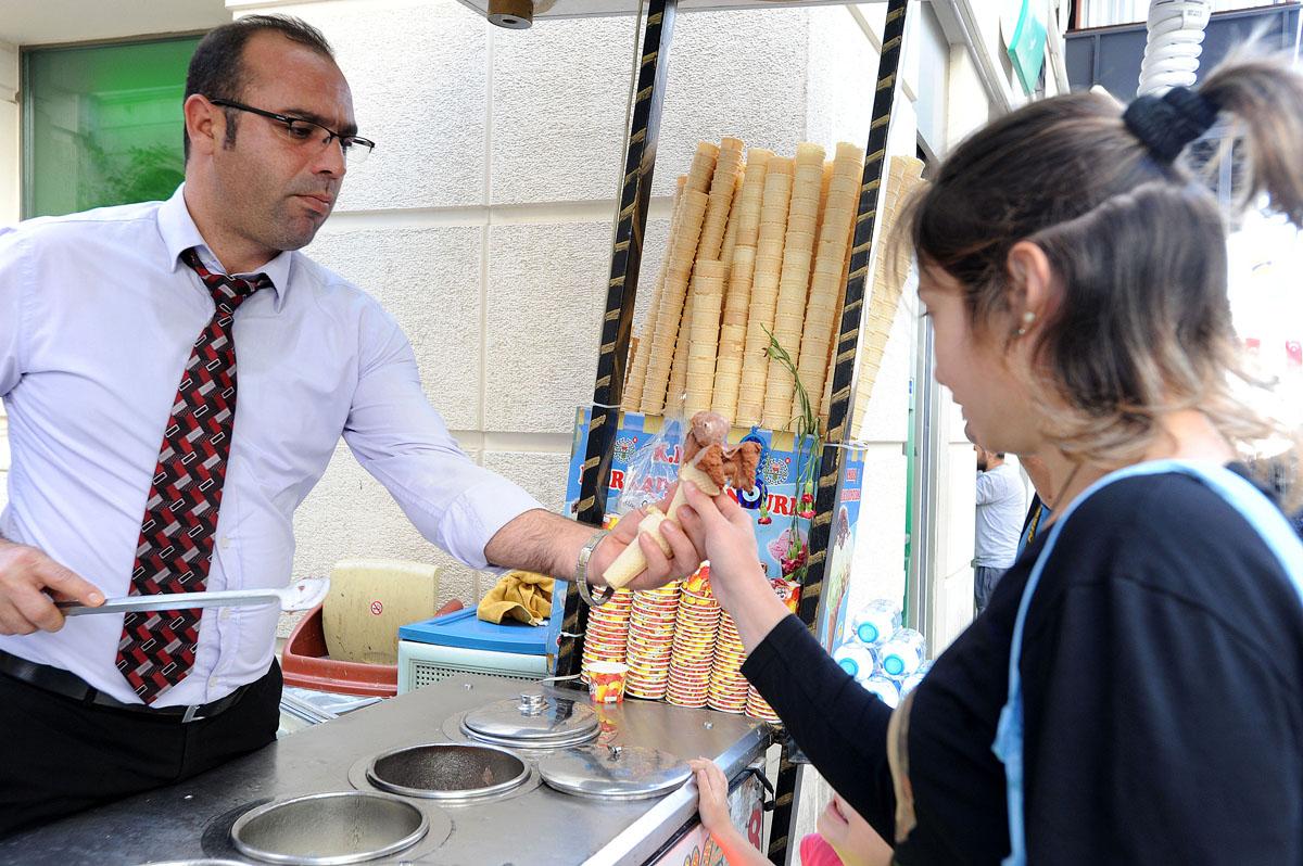 47. В Испании нас умилили водители автобусов в галстуках. Но стамбульские мороженщики в галстуках —