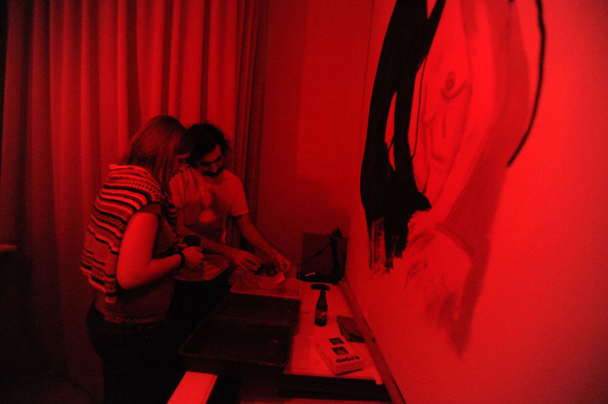 65. Красная комната: проявляем, закрепляем, промываем.