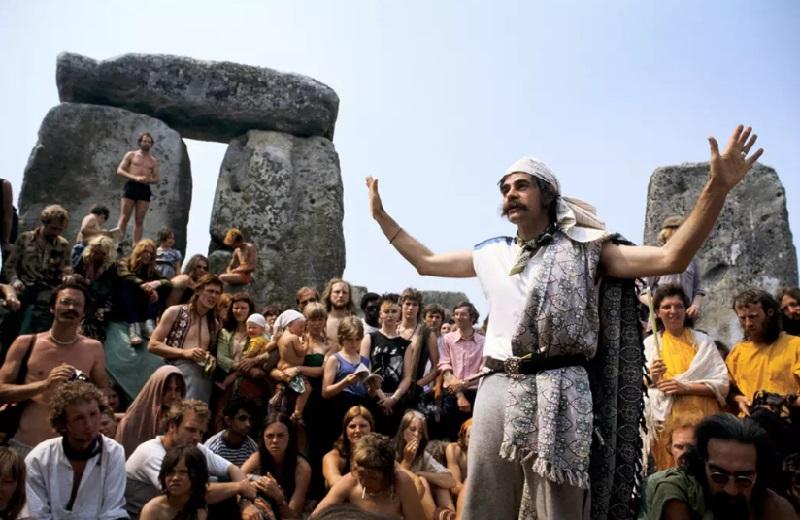 Слева: влюбленная пара на фестивале Вудсток, 1969 год. Справа: пенная вечеринка на музыкальном фести