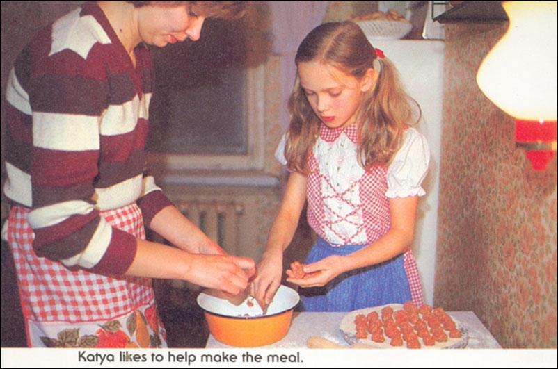 Катя любит помогать маме на кухне.