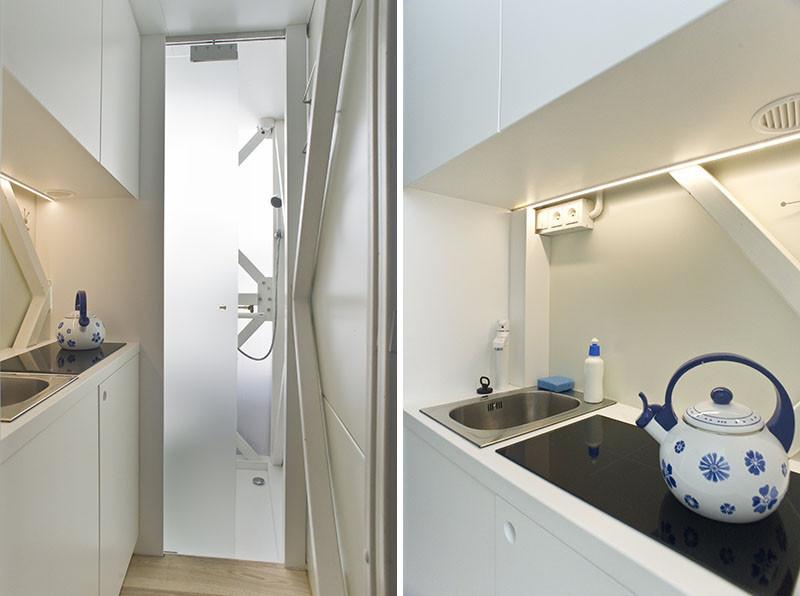 Санузел с душем находятся за матовой дверью, а на кухне есть крошечная варочная панель и раковина.